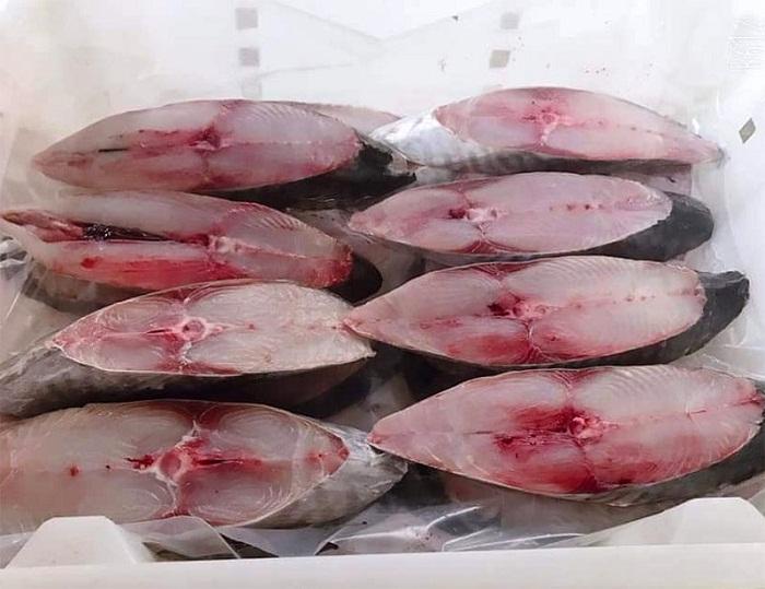 Cắt cá thành những khúc đều nhau rồi đem ướp muối cho thịt đậm đà
